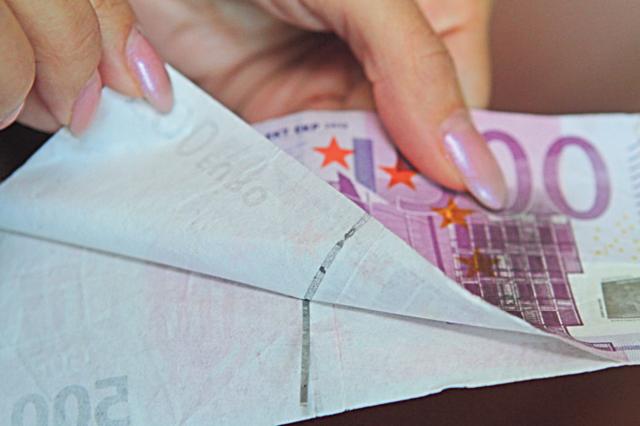 """Подделка. Фальшивомонетчики склеивают свои """"купюры"""" из двух половинок, они раздваиваются. / Фото: Анатолий Бойко, Сегодня"""