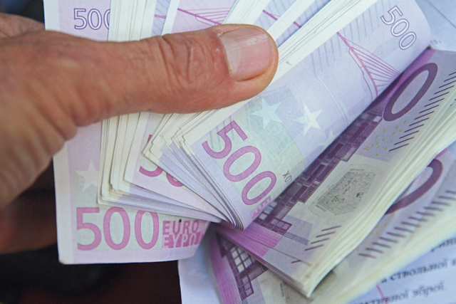 Деньги. Каждую из этих купюр (а их на 300000 евро) в отделе ТЭД надо проверить на подлинность./ Фото: Анатолий Бойко, Сегодня