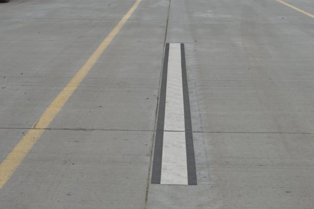 Как ремонтируют первую в Украине бетонную дорогу