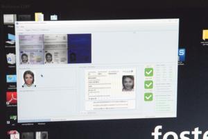"""Образец. Компаратор проверяет ID-карточку. Три зеленые """"галочки"""" означают — документ не подделан"""