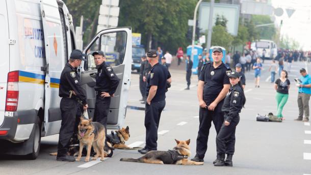 Головний біль поліції. За добу доводиться евакуювати 32 тис. осіб