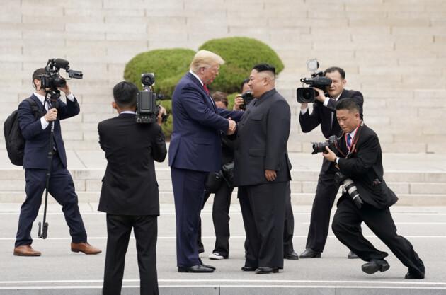 Дональд Трамп и Ким Чен Ын. Фото: REUTERS/Kevin Lamarque