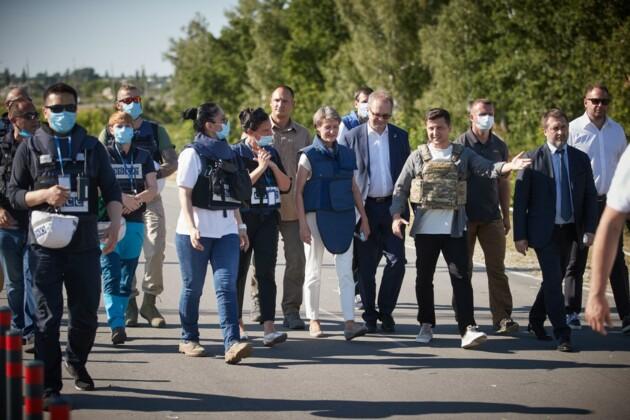 Президент Швейцарии Симонетта Соммаруга и президент Украины Владимир Зеленский во время рабочей поездки на Донбасс. 23 июля 2020 года