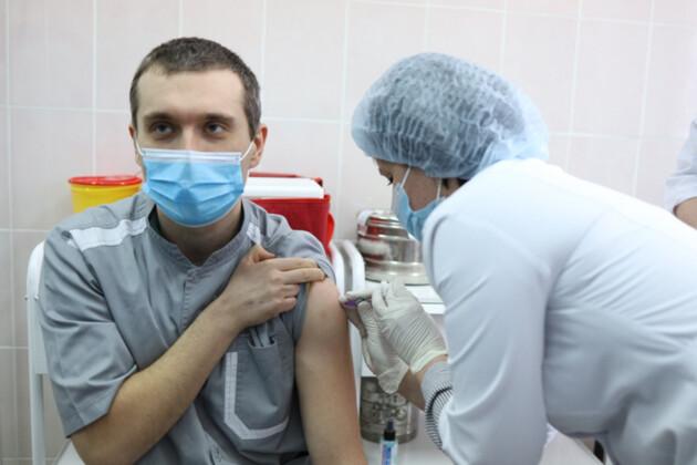 Евгений Горенко – первый украинец привитый от COVID-19. Фото: ck-oda.gov.ua