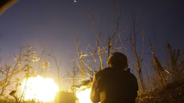 Украинский военный ведет огонь по противнику