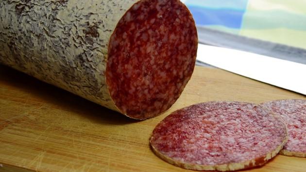 Киевлян удивил кот в магазине, поедающий колбасу прямо с витрины