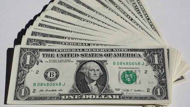 Доллар идет в гору: Нацбанк опустил курс гривни