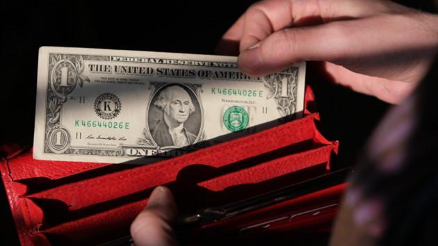 Доллар в Украине упал еще ниже, евро растет в цене