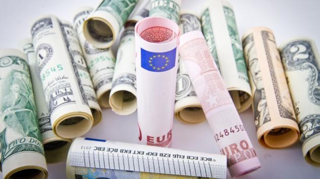 В Украине официально подорожали доллар и евро