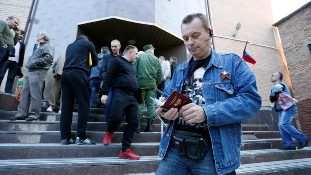 Кремль начал массовую раздачу российских паспортов жителям Донбасса / REUTERS/Alexander Ermochenko