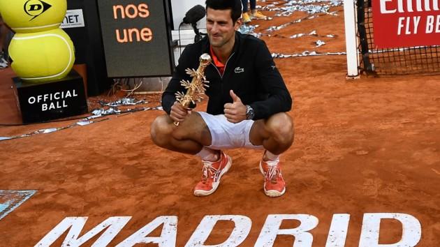 Джокович с трофеем