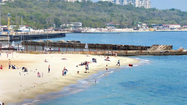 Первые пляжники. Фото: В. Борисенко