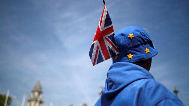"""Британцы скупают еду, напитки и лекарства на случай """"жесткого"""" Brexit: названа сумма"""
