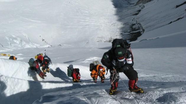Эверест закрыли на карантин