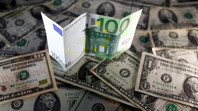 В Украине подешевел евро, доллар снова стал дороже