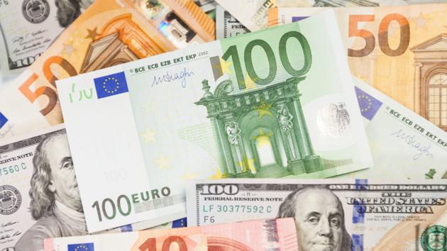 Курс евро в Украине резко вырос, доллар подешевел