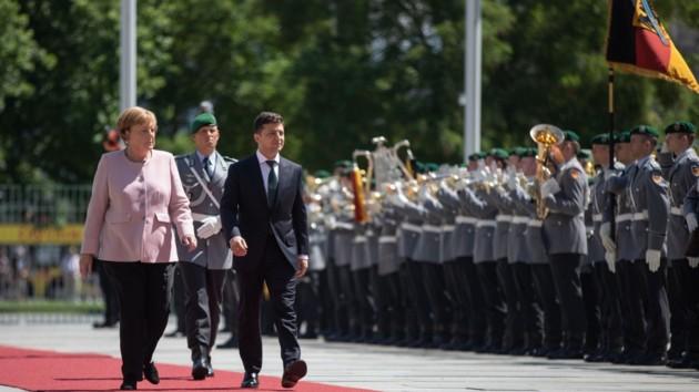 Ангела Меркель и Владимир Зеленский проходят мимо почетного караула