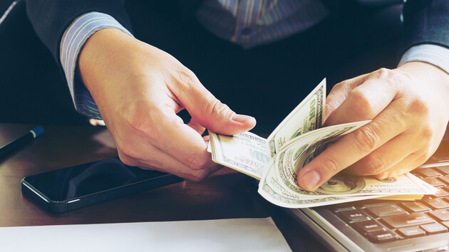 Доллар возвращает позиции на межбанке: аналитики назвали причину