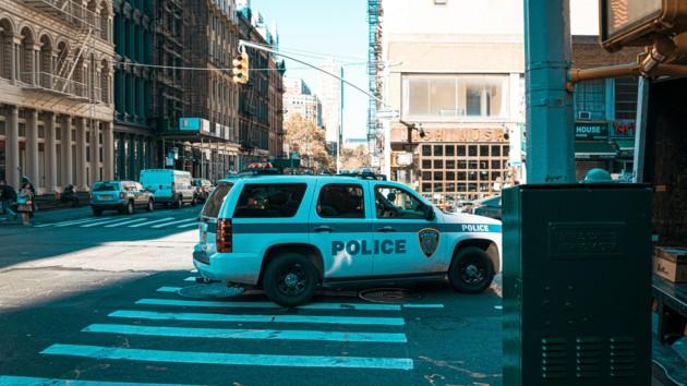 Десятки полицейских и спецназ прибыли к месту стрельбы в США