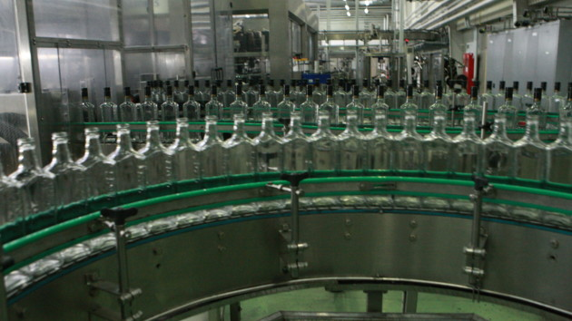 """""""Продают в пять раз дешевле"""": Украину заполонила нелегальная водка"""