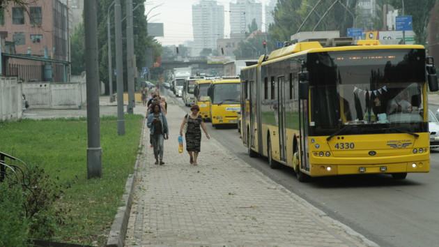 В сети появилось видео, как в Киеве пассажиры толкают сломанный троллейбус
