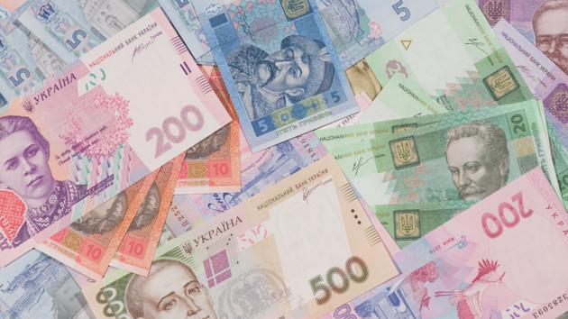 Украинцы переходят на безнал: сколько банкнот и монет осталось на руках