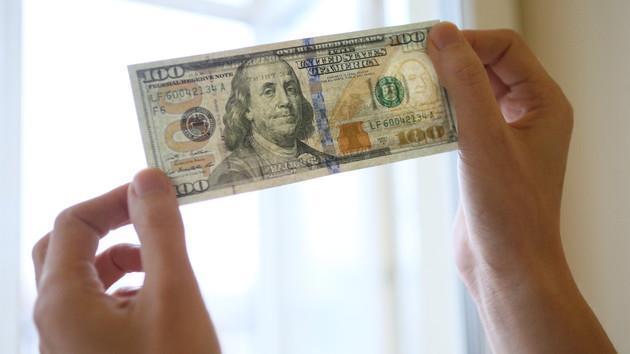 Гривня крепнет: доллар в Украине стал дешевле