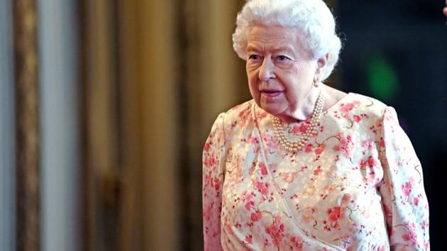 """Елизавета II не смотрит основанный на ее жизни сериал """"Корона"""": в чем причина"""