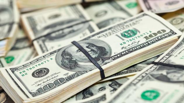 Безналичный доллар устремился вниз на валютном рынке