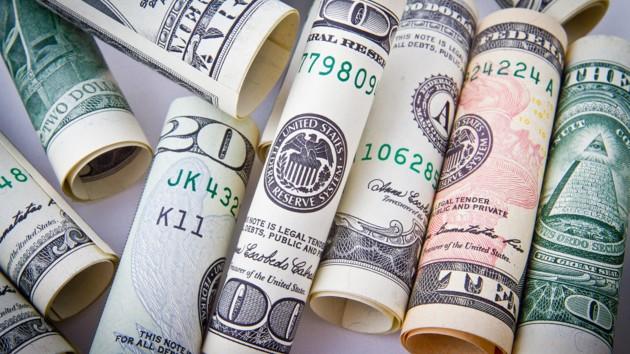 Гривня держит оборону: курс доллара упал на межбанке