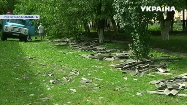 В Ровенской области из-за урагана электропровода упали на бабушку и внучку: пенсионерка погибла