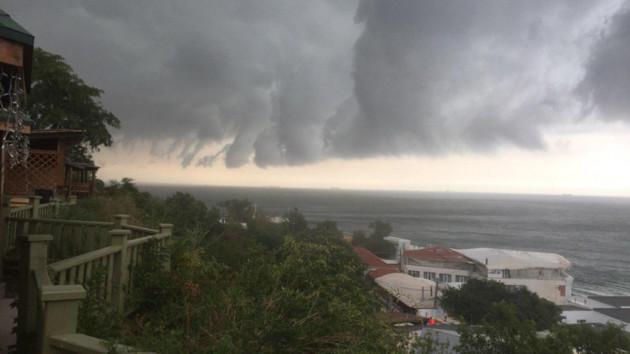 В Одессе снова потоп и шквальный ветер: на улицах остановились трамваи