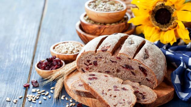Как испечь домашний хлеб с сушеной клюквой и семечками