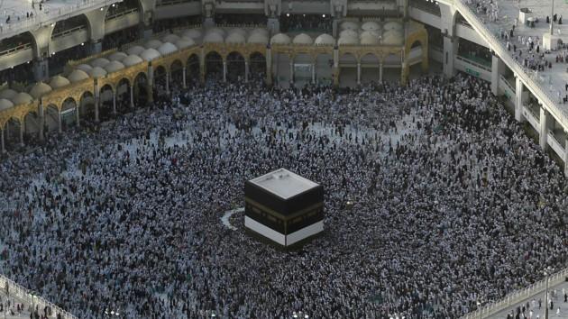 Миллионы мусульман во всем мире начали хадж: видео из Мекки