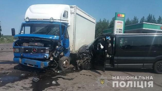 В Луганской области столкнулись грузовик и маршрутка: пострадали восемь человек