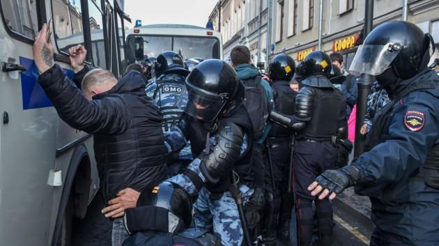 Задержано около 140 участников несогласованной акции в центре Москвы