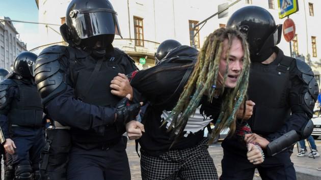 В российских городах во время акций протеста задержали более 320 человек