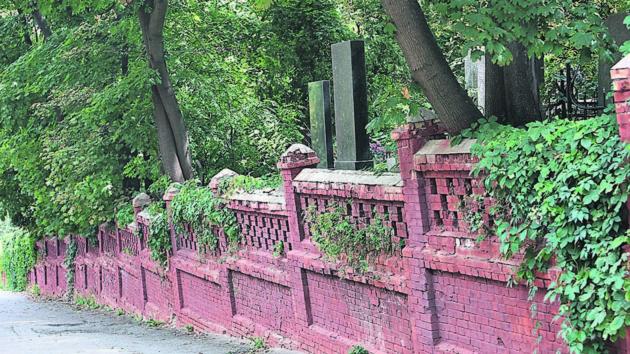 В Киеве за 22 млн гривен заменят известную ограду Байкового кладбища