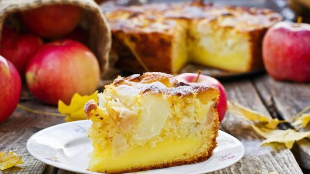 Как испечь яблочный пирог со сметанной заливкой