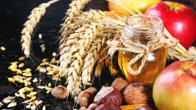 Праздничный стол на Спасы: чем полезны яблоки, мед и орехи