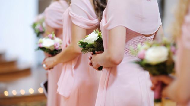 Подружки невесты на свадьбе «прославились» из-за смелого мини: фото