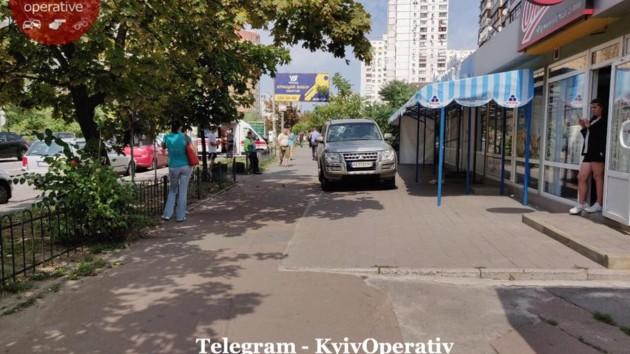 В КиевеMitsubishi на тротуаре наехал на ребенка