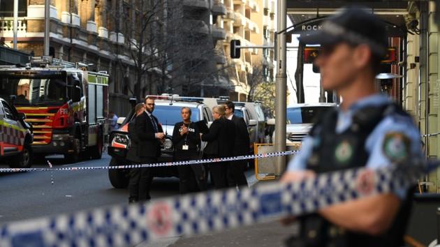 В центре Сиднея средь бела дня попытались зарубить прохожих