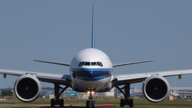 В США Boeing-777 вернулся в аэропорт, потеряв деталь при взлете