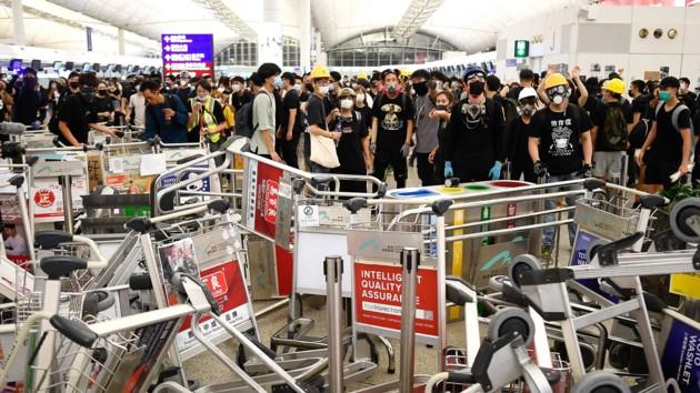 Полиция применила слезоточивый газ против протестующих в аэропорту Гонконга