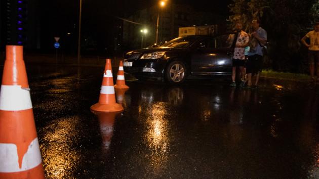 ДТП на Броварском проспекте в Киеве: легковушку развернуло, а грузовик въехал в столб (видео)