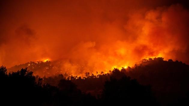 """""""Райский остров"""" в Греции охватил крупный пожар: фото и видео стихии"""