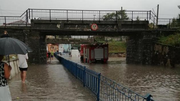 Плавающие машины и заблокированная трасса на Польшу: фото и видео последствий стихии в Украине