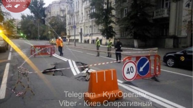 В центре Киева провалился асфальт: проезд ограничен