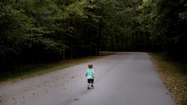 В России трехлетний мальчик два дня жил сам в лесу